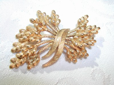 Fabulous Vintage Trifari Brushed Gold Tone Brooch Pin